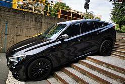 """Śląsk. Luksusowe BMW """"zaparkował"""" na schodach. Jest wyjaśnienie"""