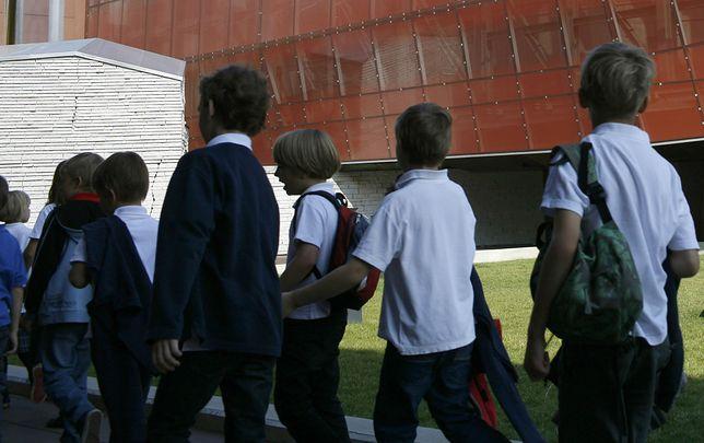 """Dzieci tłumaczyły, że nie znęcały się nad kolegą, a żartowały w ramach """"zielonej szkoły"""". Uczniowie przyznali, że 10-latek spał na korytarzu"""