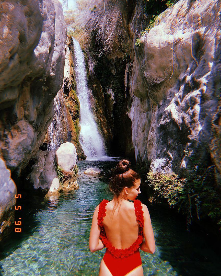 Julia Wieniawa rozgrzewa Instagram do czerwoności. Jej kostium mocno eksponuje pośladki
