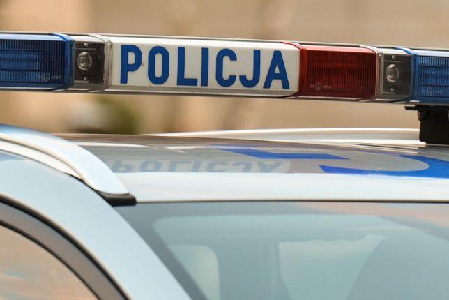 28-letni policjant zginął w niedzielę w wypadku samochodowym podczas służby.