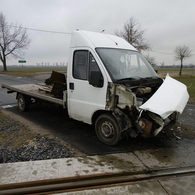Ciężarówka wjechała pod koła lokomotywy