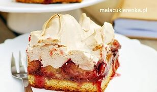 Kruche ciasto ze śliwkami i cynamonową bezą. Deser palce lizać