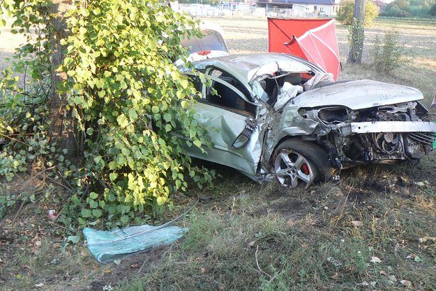 W Kleczewie zginął kierowca, który uderzył samochodem w drzewo.