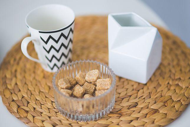 Cukier trzcinowy uznawany jest za zdrowszy odpowiednik cukru białego, charakteryzuje się złotobrązową barwą