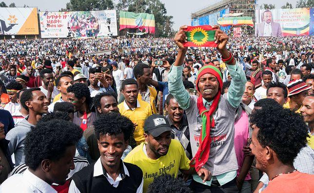 Tłum podczas wiecu w Addis Abebie tuż przed próbą zamachu na premiera Etiopii