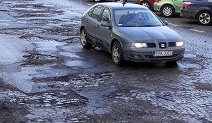 Jak jeździć po dziurawej jezdni, by nie uszkodzić auta?