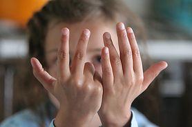 Przytrzaśnięty palec – pierwsza pomoc, co robić