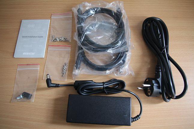 Pakiet akcesoriów: zasilacz, dwa przewody sieciowe i śrubki. Producent zrezygnował z płyt CD.