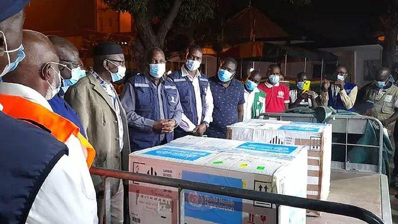 Walczą z ebolą. Do kraju przybył ważny transport. Nie starczy dla wszystkich
