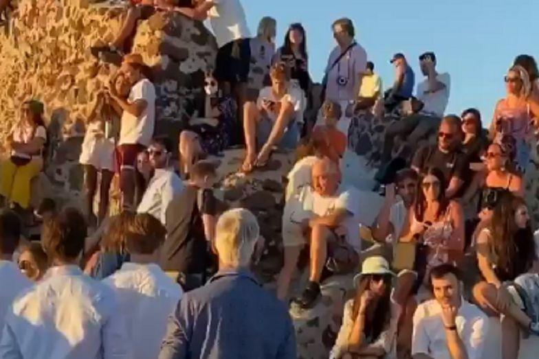 Koronawirus w Grecji. Tłumy na Santorini. Nikt nie przestrzega zasad
