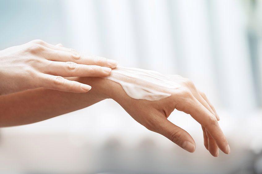 Co robić, kiedy dłonie mają zmarszczki?
