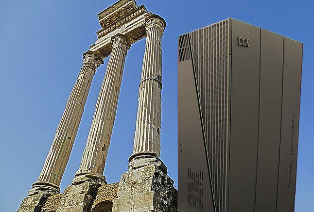 Leciwy zabytek, stojący tuż obok jakichś starożytnych kolumn.