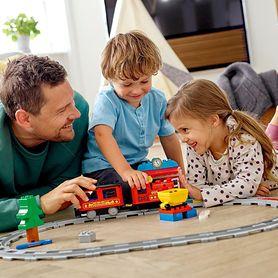 Zabawa rozwija osobowość dziecka. W co i jak bawić się z maluchem, by wzmacniać jego pewność siebie i umiejętność pokonywania przeszkód?