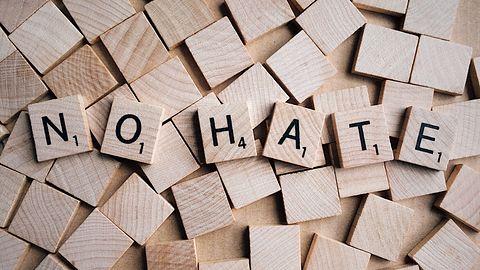 Komisja Europejska pochwaliła Microsoft i Facebooka za walkę z mową nienawiści