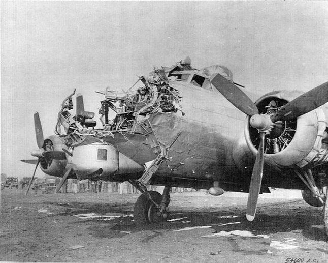 Tak, ten B-17 wrócił na lotnisko o własnych siłach.