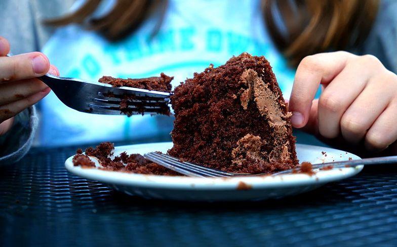 Ciasto czekoladowe bez jajek i mleka. Przygotujesz je w 30 minut