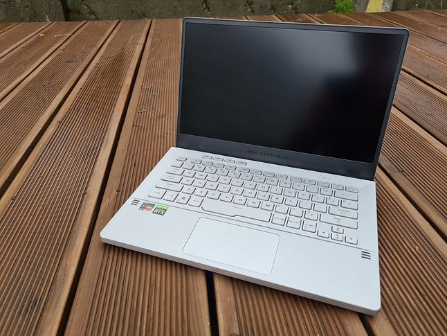 Pod względem gabarytów Asus ROG Zephyrus G14 to bardziej rywal MacBooka Pro 13 niż regularnych laptopów do gier