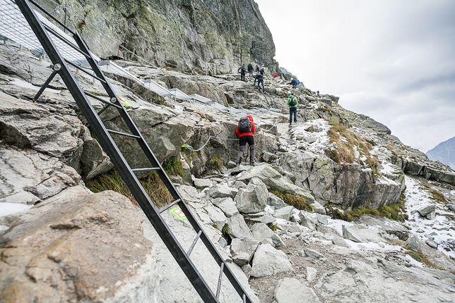 Kilkanaście metrów poniżej szczytu Michał źle postawił stopę i z całym impetem pokoziołkował w dół
