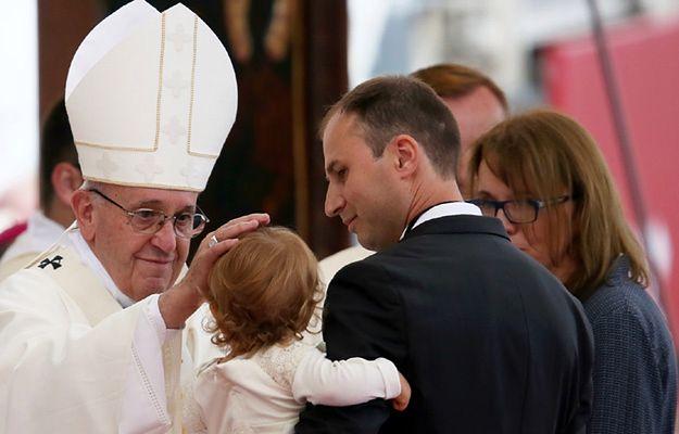 Procesja z darami w trakcie mszy św. z udziałem papieża Franciszka