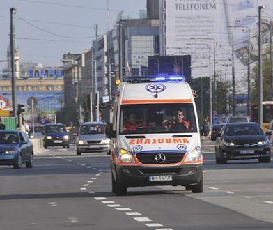 Warszawa. Wypadek na alei Jana Pawła II. Jedna osoba w szpitalu