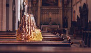 """""""Wierzę w Boga, a nie w księży"""". Polki mówią, dlaczego przestały chodzić do kościoła"""