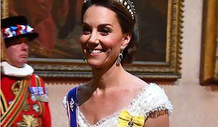 Kate Middleton włożyła na bal niebieską szarfę. Oznacza bardzo ważne wyróżnienie