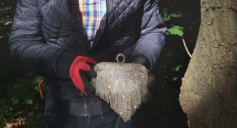 Burmistrz Bielan zbierał śmieci w lesie. Znalezisko przekaże policji