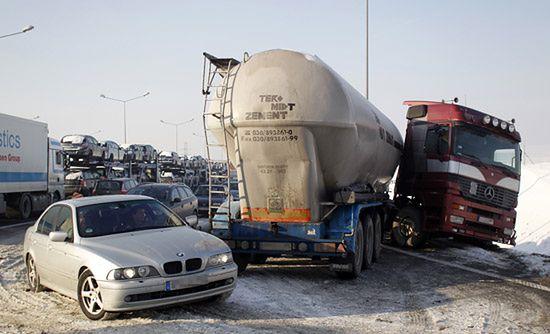 2 osoby zginęły, 40 aut zniszczonych - zdjęcia