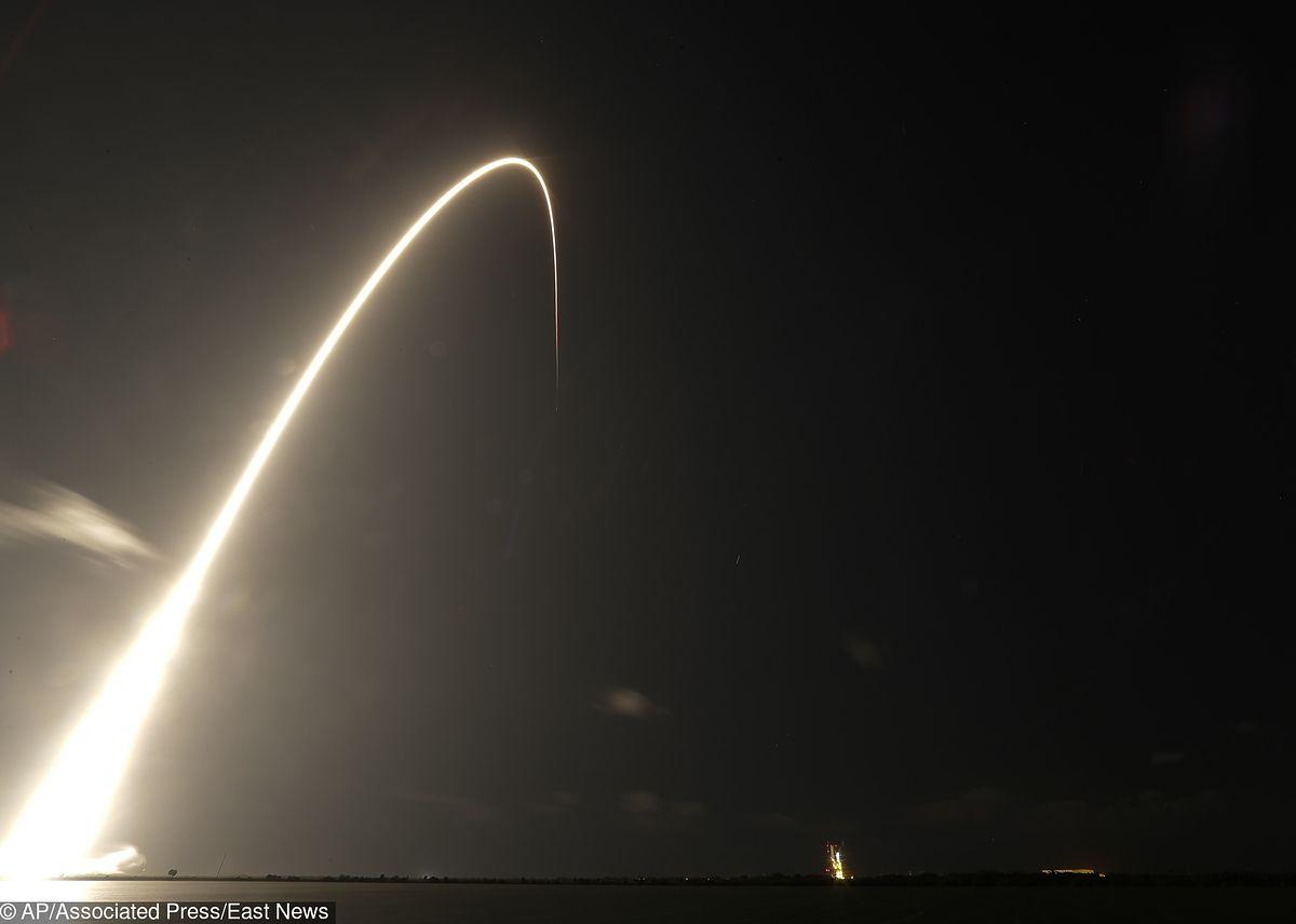 """Starlink znów nad polskim niebem. Dziwny """"sznur"""" świateł to dzieło Elona Muska"""