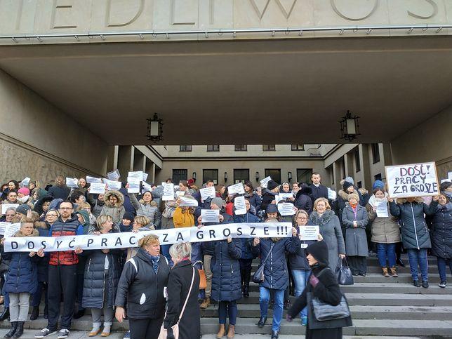 """Pikieta pracowników przed budynkiem Sądu Okręgowego w Warszawie przy alei """"Solidarności"""" 127"""