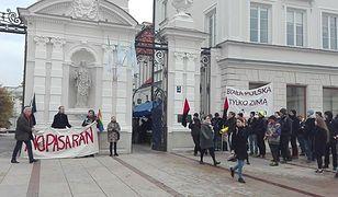 """""""Biała Polska tylko zimą"""". Pikieta przeciwko agitacji ONR przed UW"""
