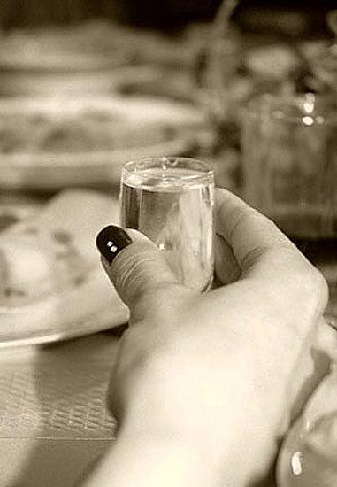 Trzylatek podawał wódkę pijanym rodzicom