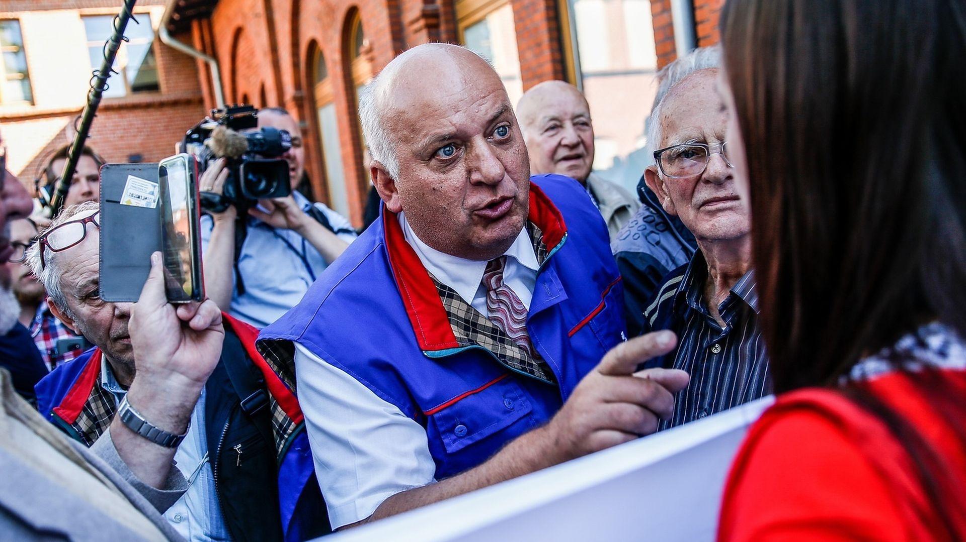 Karol Guzikiewicz ze stoczniowej Solidarności kłóci się z ludźmi KOD przed Salą BHP