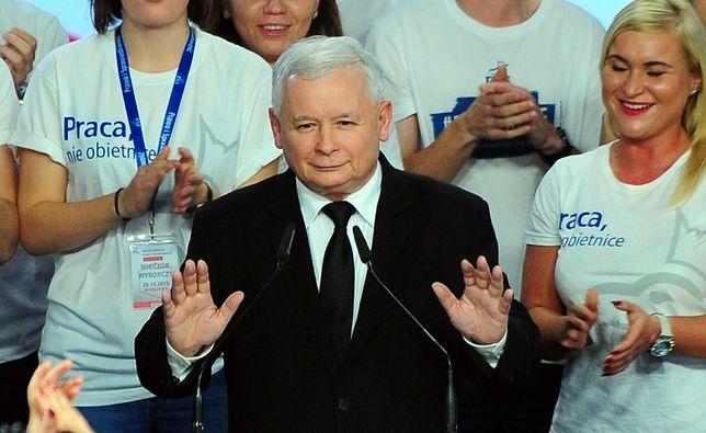 Rok 2015, wieczór wyborczy PiS. Jarosław Kaczyński już wie, że wygrał. Teraz może poprowadzić PiS do kolejnego zwycięstwa.Tym razem w eurowyborach.