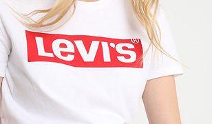 Koszulki z rzucającym się w oczy logo można kupić m.in. na Zalando.