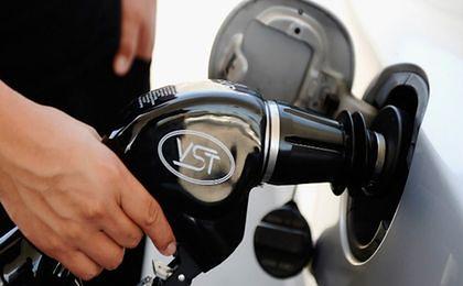 Analitycy: rekordowe w tym roku ceny paliw powinny spaść