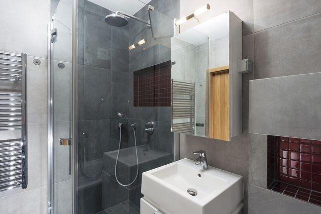 Wybór między kabiną prysznicową a wanną do małej łazienki nie jest łatwy i wymaga umiejętnego zagospodarowania dostępnej przestrzeni