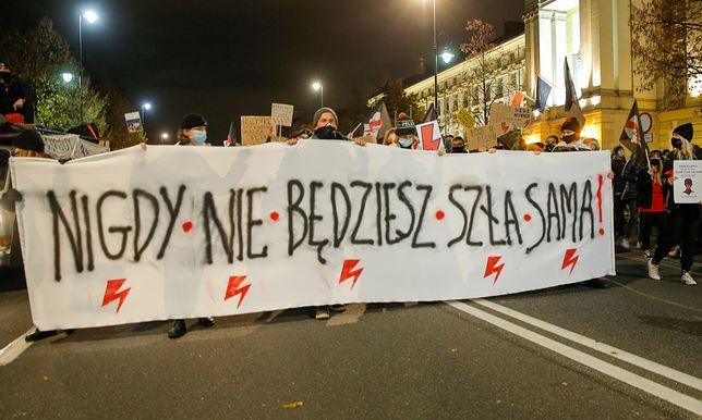 W strajkach biorą udział tysiące manifestantów.