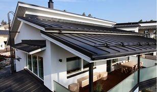 Dach pokryty blachodachówką gotowy na zimę. Mycie dachu, czyszczenie rynien