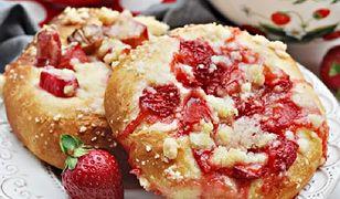 Bułeczki drożdżowe z truskawkami rabarbarem i kruszonką