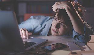 Połowa Polaków ma problemy ze snem. Często wywołane niebieskim światłem z ekranów urządzeń elektronicznych.