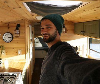 25-latek Michael Fuehrer zamienił stary szkolny autobus w dom na kółkach