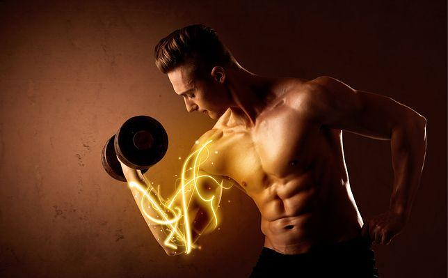 Ćwiczenia na biceps wymagają odpowiedniego obciążenia hantlami lub sztangą.