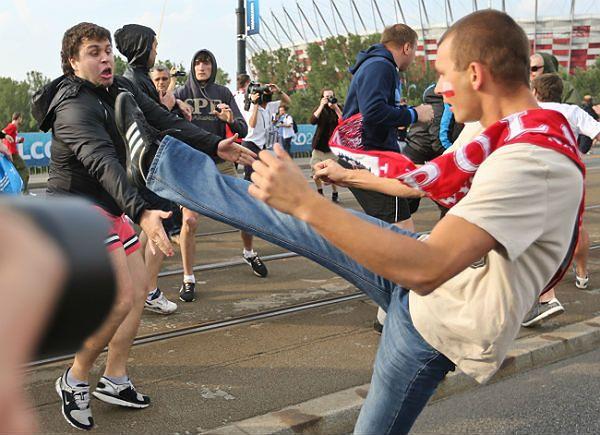 Szarpanina między pseudokibicami w drodze na Stadion Narodowy