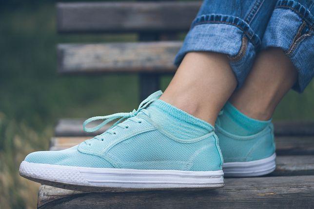 Sportowe buty to idealny wybór do jeansów