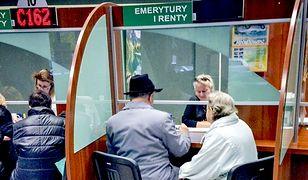 Obniżenie wieku emerytalnego obniżyło także wysokość świadczeń.