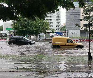 """Burza w Warszawie. Gwałtowna ulewa, zalane ulice i place stolicy. """"Mamy Armagedon"""""""