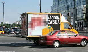 Samochód z antyaborcyjnymi plakatami fundacji Pro-Prawo do życia na Placu Bankowym w Warszawie