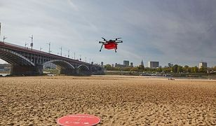 Dron z jedzeniem nad warszawskim niebem