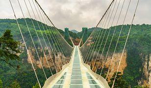 Będąc w Chinach lub Kanadzie, nie można pominąć spaceru po szklanym moście